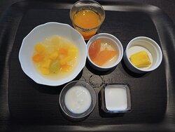 朝食デザート:ヨーグルト,くだもの,人参ムース,オレンジジュース,フルーツポンチ