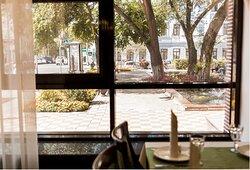 "Вид из окна ресторана на сквер ""Три вяза"""