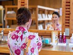 女性大浴場洗面台には化粧水・乳液などご用意しております