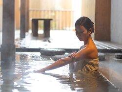 津温泉大東舘はホテルの目の前にある湯畑から『湯畑源泉』を引いている数少ない宿のひとつです。少し硫黄の匂いのする草津らしい湯質が特徴です。