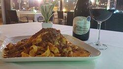 Tagliatelle fatte in casa al ragu bolognese , vino Montepulciano d Abruzzo