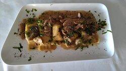 Ravioli fatti in casa di ricotta con funghi porcini e tartufo nero