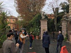 Davanti a Palazzo Orsini nei pressi del Ghetto Ebraico