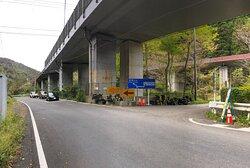 滋賀県側からトンネルを抜けるとすぐ右側に標識があるので見落とさずに。トンネルは1台通るのがやっとなので信号機で交互通行制御されている。