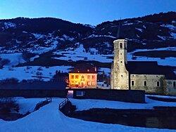 El refugio al anochecer, puro ambiente de montaña. Puedes venir a cenar en trineo de perros o en moto de nieve. Menús Premium y una rica carta de vinos te esperan en este rincón del valle