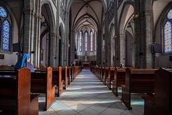 성당 입구 쪽에서 제대를 바라 본 모습. 열지어 서 있는 회색 벽돌 기둥과 높은 대성전 천장은 숙연한 분위기를 만들어 준다