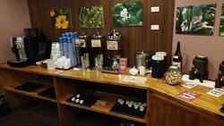 フリードリンクスペースにはお茶やコーヒーにお酒まであります。