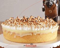 Massa crocante, recheio deliciosamente cremoso  e, para finalizar, aquele #merengue tostado no ponto certo. Essa é a nossa torta de #limão! 🍋