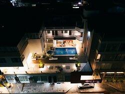 Vista aérea nocturna del Hotel Nilas donde se aprecia nuestra piscina.