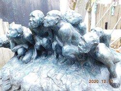 入口 付近の彫像