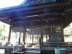 隣接する野田神社とほぼ同じ境内を共有していて、建物の雰囲気も似ています。