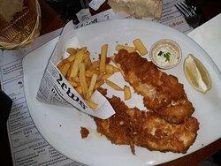 """Voici mon plat, j'ai moyennement apprécié ce plat c'était """"Le« Fish & frittes »: L'Original"""" le poisson avait beaucoup trop d'arêtes mais les frittes étaient très bonnes."""