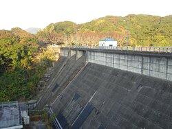 山口県美祢市にある重力式コンクリートダム。
