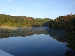 堤体はあまり高さは感じませんでしたが、天端から見たダム湖が素晴らしかったです。