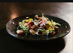 Салат з телятиною,маринованими опеньками і томатами