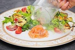 Салат з лососем, томатами, кабачками гриль та сиром Фета