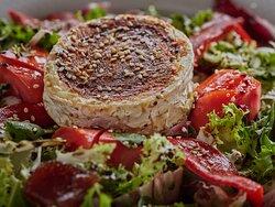 Ensalada de queso de cabra a la plancha, lechuga, tomate, pimientos de piquillo y dulce membrillo.