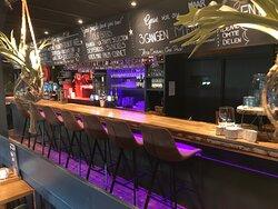 Barney Beer- Barney's Schiedam - De Beren Maasboulevard 3 interieur restaurant aan de Maas. Heerlijk eten, drankjes, grill gerechten, spare ribs, tournedos, Vis, en ons bijvoorbeeld ons Tafeltje Vol, samen allerlei heerlijke gerechtjes delen,