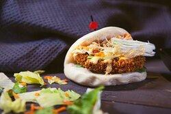 Bao bun κοτόπουλο Ψωμάκια ατμού με τραγανό κοτόπουλο, αγγουράκι, φρέσκο κρεμμύδι & Japanese mayo sauce.