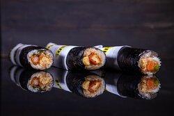 Sushi dog  Ολόκληρο ρολό maki  με γαρίδα tempura και σως μελιού με ψημένο σολομό και σως philadelphia με καβούρι και σως philadelphia με κοτόπουλο πανέ και sweet chili sauce