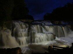 Foto noturna da cachoeira