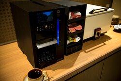珈琲や紅茶などフリードリンクサービスをご用意(ラウンジ棟)