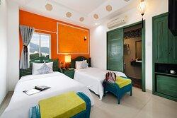 Phòng Superior Twin  02 giường đơn dành cho 02 khách, được trang bị đầy đủ tiện nghi. Phòng có view hướng núi