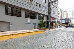 Área de embarque e desembarque de passageiros na rua 2.100 (entre a Avenida Atlântica e a Avenida Brasil)