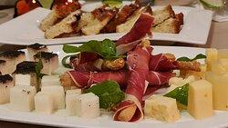 Piatto freddo di formaggi e salumi con grissini caserecci , miele e olio di oliva piccante.