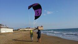 camminare in spiaggia con il kite