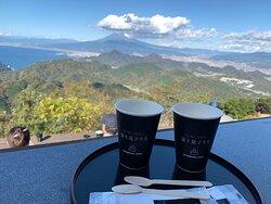 テラスでコーヒを楽しみながら景色を堪能