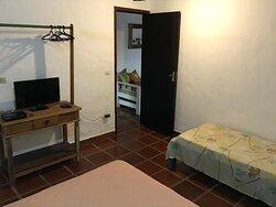 Quarto Chalé 4 , uma cama de casal e uma de solteira