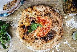 VULCANO Tomate Sanmarzano DOP, mozzarella fior di latte, Spianata calabrese, aubergines, ricotta, parmesan, basilic, huile d'olive
