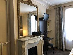 Les cheminées sont malheureusement trop rares dans les hôtel parisiens #room #roomdecoration