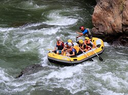 🚣🏼♀️💦 Formed by a number of streams on the Black Sea side of Kaçkar Mountains the Fırtına River (aka Storm River), offers ideal whitewater rafting conditions. The 23 km long course is very rocky, rating a hardship degree of 3-4-5 in places. #RaftinTurkey 