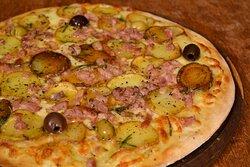 Pizza assada no forno a lenha sabor Batata Quente: molho de tomate italiano, mussarela, azeite de oliva, batata fatiada em rodelas, bacon, alecrim e azeitonas verdes e pretas