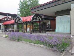 レストランの入口近く、ラベンダーの花がきれいでした。
