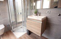 Alle Appartements verfügen über ein eigenes Bad mit Dusche.