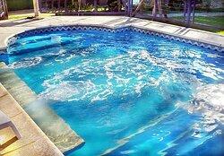 piscina ubicada en el parque del hotel, note la pierdas!!