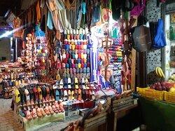 Produtos dos mais variados à venda por toda medina.