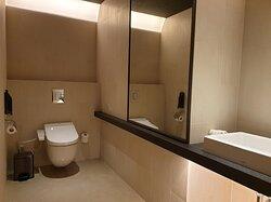 寬敞明亮兩套廁所