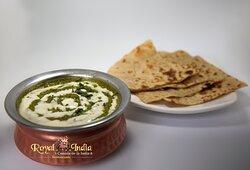 PALAK PANEER  Queso (leche de vaca) en salsa de espinaca, crema de leche y especias de la India Indian paneer cooked with spinach sauce, cream and spices from India