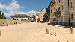 La piazza davanti al palazzo
