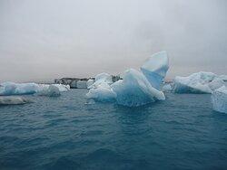Mieszające się wody zasolonego Oceanu i słodkie z lodowca tworzą specyficzny błękitnawy kolor .