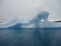 Podobać się muszą finezyjne kształty tworzone przez wodę z brył lodowych .