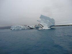 Niektóre bryły lodowe są bardzo pokażnych rozmiarów .Blisko takich się nie podpływa .