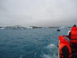 Na łodzi podpływa do amfibii facet z krystalicznie czystą bryłką lodu . My dowiadujemy się o jego ponad 1000 letniej historii  .