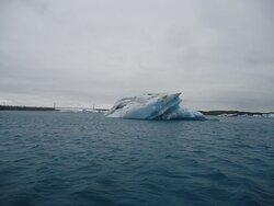 Pomiędzy lodową laguna a Oceanem jest około 500 metrowy przesmyk. Nad nim biegnie most widoczny w tle .