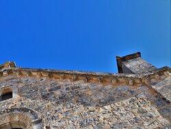 Charmante église de taille modeste, il faut prendre les clés à la mairie, elle mérite une visite. Une église reconstruite au 19ème siècle avec de nombreux réemplois. La naissance du projet de reconstruction date e 1850, l'église sera consacrée en 1863. C'est une petite église très jolie, les décors sculptés extérieurs (modillons, portail etc...) et l'aspect général lui donne l'allure d'une église romane.