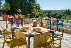 table individuelle pour le petit dejeuner sur la terrasse face à la piscine